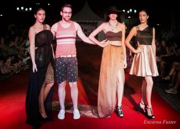 Aarón Fernández junto a las modelos de su colección Diva