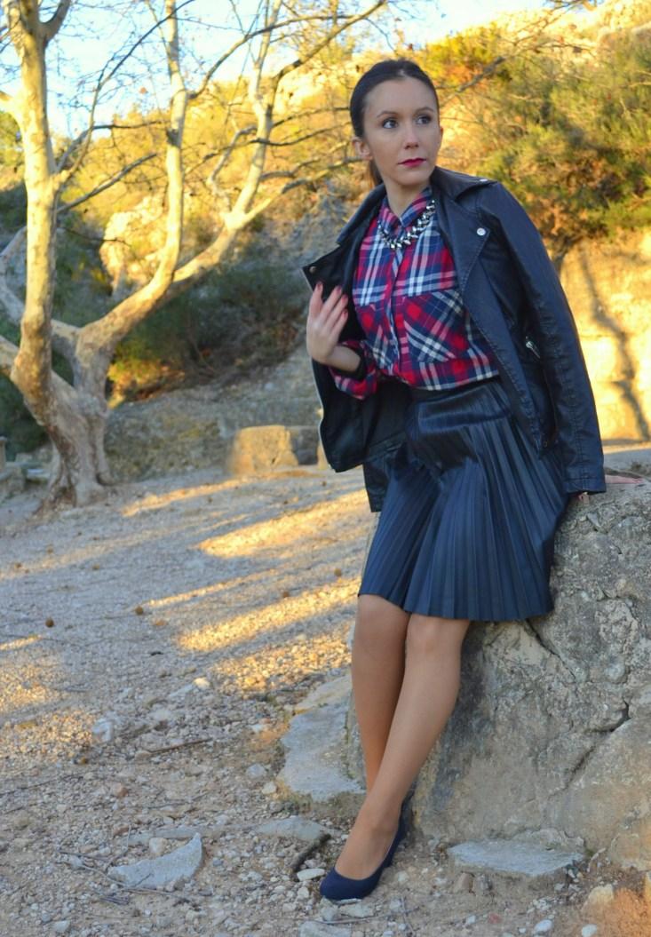 Falda plisada de cuero